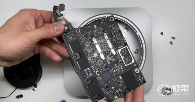 M1版Macmini拆解:主板尺寸更小,内存硬盘全焊死