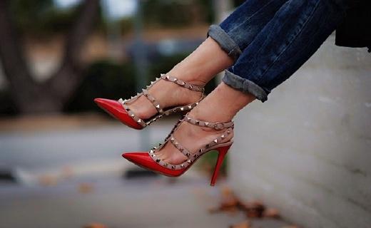 華倫天奴Rockstud高跟鞋:經典尖頭鉚釘設計,反季囤貨好價