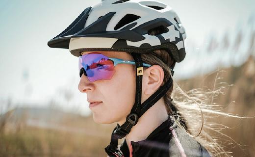 歐克利這款最輕的運動眼鏡,比5張A4紙還要輕!