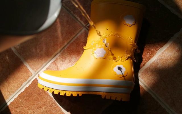 去踩?#20154;?#21543;!带给宝宝奇妙的下雨天,稚行儿童雨鞋测评