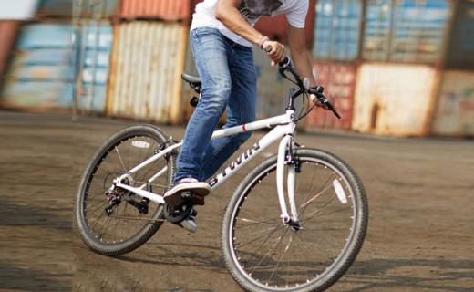 迪卡儂山地自行車:高碳鋼車架超穩固,6速可調爬坡不累
