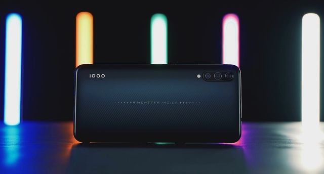 iQOO 手机测评:vivo 玩?#38386;?#20215;比真香还是劝退?