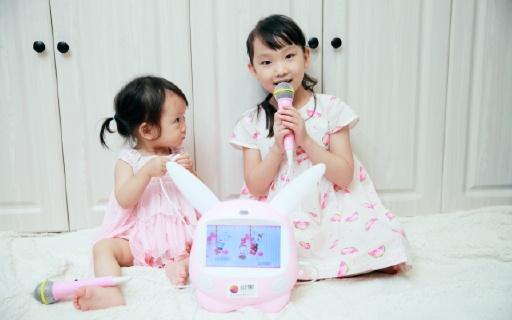能唱K的智能早教机,姐妹俩可以一起学习娱乐 | 视频