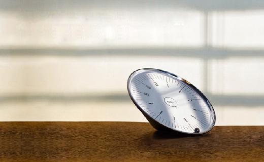 运转不用电池的轨道钟,设计超精美
