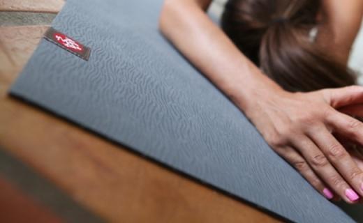 Manduka eKO Lite瑜伽墊:4mm天然橡膠材質,海草紋理舒適防滑