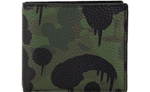 蔻驰牛皮短款钱包:细腻牛皮质感柔软,时尚迷彩款式