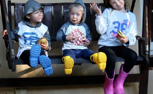 卡洛馳兒童雨靴:天然橡膠超舒適,反光設計行走更安全