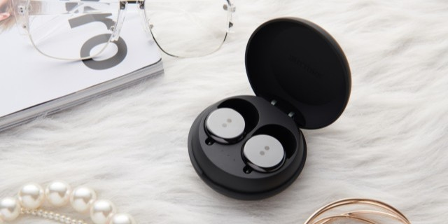 「新東西」怪奇耳機俱樂部!美國歌手推出真無線耳機,長得像個大號耳釘……