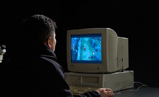 年度最硬核穿越视频!大神用一颗芯片魔改古董电脑,开机惊到我了!