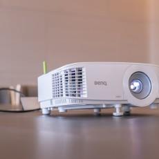 兼具小體積與高亮度 明基E580商務投影機