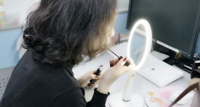 充分考虑女性需求,这款好看的化妆镜帮你轻松画好妆!