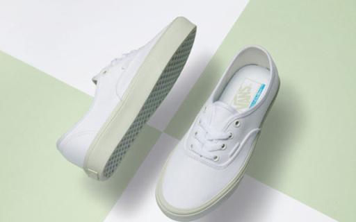 鞋底抹上嫩色的Vans小白鞋,鞋底比鞋墊還輕!
