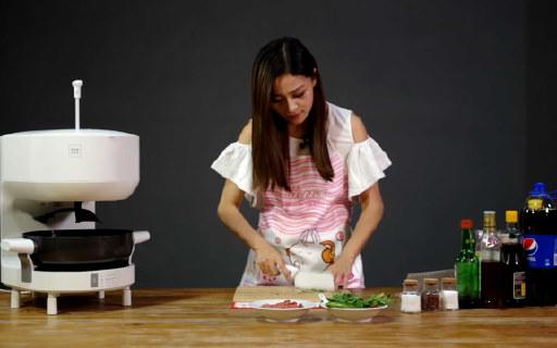 二?#31181;?#19968;个星级厨师——饭来F1S智能烹饪机器人 | 视频