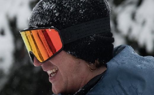 贴心设计的滑雪护目镜,头大戴着也不勒