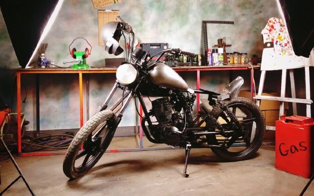 這才是改裝的藝術,臟爛舊125摩托變黑武士Bobber,只花了200塊!