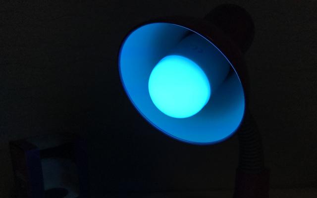 能变换颜色的蓝牙灯泡,让夜晚也变得五彩斑斓