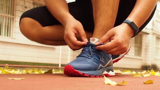 小?#23376;?#21697;FREETIE云弹:为?#26680;?#32780;生的专业稳定缓震跑步鞋