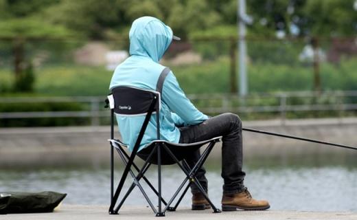 迪卡儂戶外折疊椅:滌綸面料純鋼架構,輕量便攜更結實