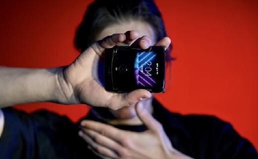 「手機逼格終極之戰」三星、Moto折疊屏互懟:誰是吸睛之王?