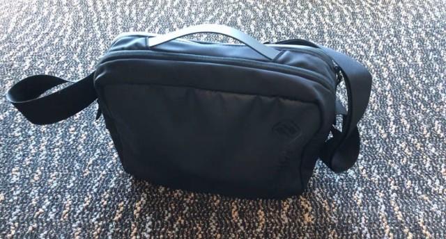 顏值性能兼具的 iPad 通勤包:tomtoc 彈道尼龍單肩
