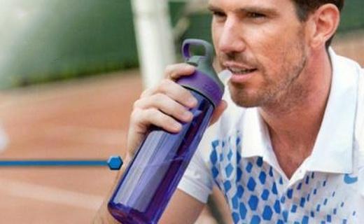 Contigo吸管水壺:聽說美國人手一個,單手操作方便飲水