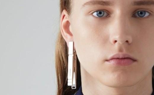 AMBUSH推出衣夾款多色耳飾,開價400美元