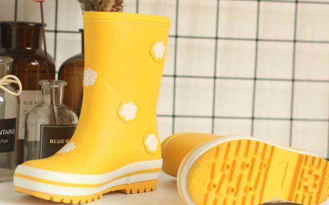 有了它,就别再担心宝宝下雨天?#20154;?#21862;,稚行儿童雨鞋测评