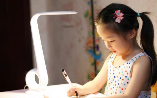 高颜值智能矫姿台灯,亮度自调保护孩子视力 | 视频