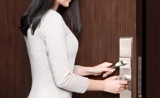 能防盗和提醒带钥匙的智能锁芯,你家防盗门也能用