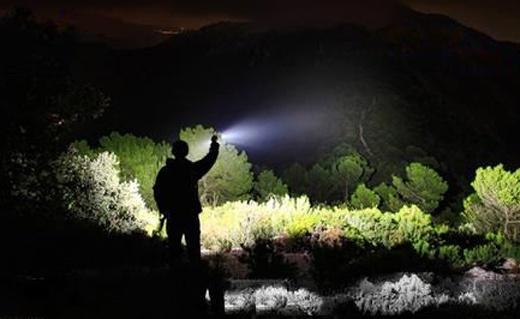 瑞士科技LED手電筒:亮度大射程長,帶索繩可做小提燈