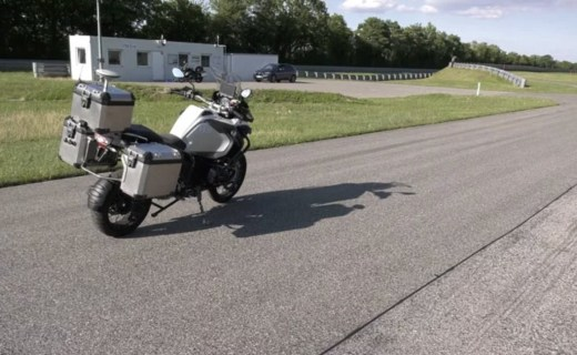 摩托還能無人駕駛?寶馬釋出原型視頻,不用人教自己就會跑!
