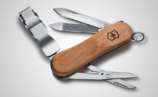 带指甲刀的瑞士军刀,木质手柄质感出色