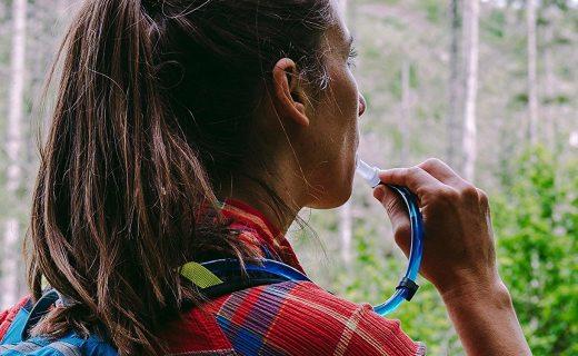 鴨嘴獸徒步水袋:食品級內膽安全儲水,翻領扣搭配咬閥飲用便捷