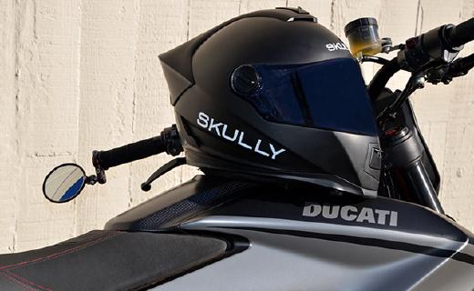 应用AR的摩托头盔,不需回头,盲区一?#29282;?#20313;