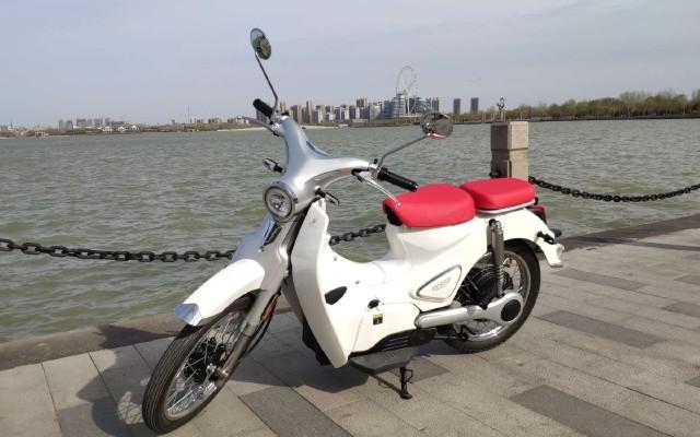为了?#29615;?#23433;心,电动自行车更换电动摩托车。