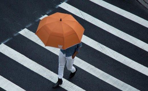这把雨伞不仅结实防风,还有定位防丢失功能