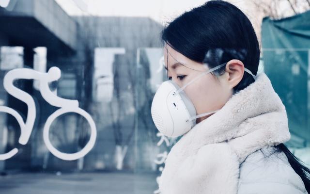 """这雾霾""""电动收割机?#20445;?#35753;你畅快呼吸整个冬天 — 幻响风小净 智能电动新风口罩体验"""