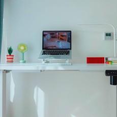 為什么年輕人喜歡站著辦公?樂歌E2升降桌評測:旦用難回辦公神