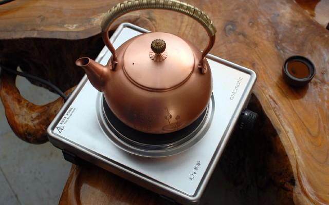 品茶不止要看汤色,还有大与茶?#36879;?#20104;的温度!