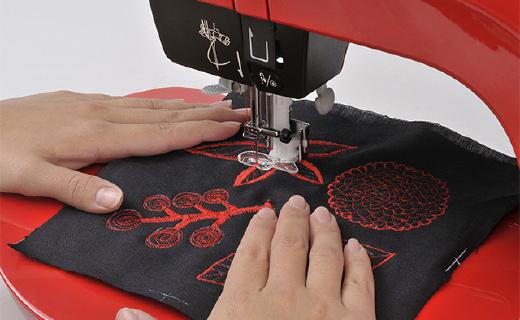 ?#28304;?0?#32456;?#36857;的缝纫机,轻松缝制复杂刺绣