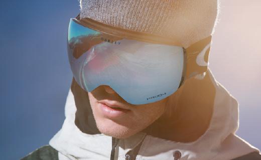 高科?#35745;?#29790;智光学镜片,滑雪时视野更清晰