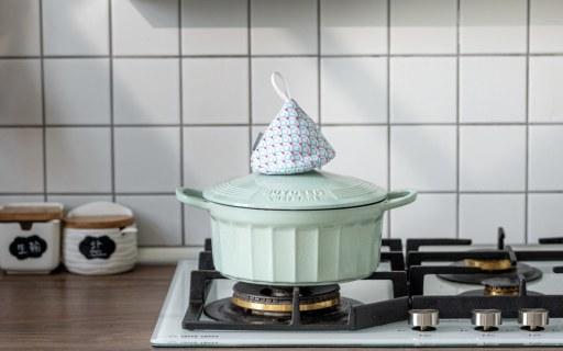 高顏值的琺瑯鑄鐵鍋:一鍋多用易清洗,它讓料理增色!