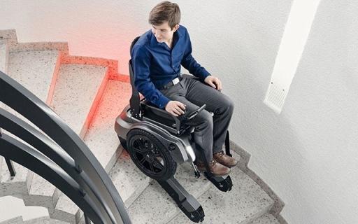 瑞士代步輪椅做成小坦克,配馬達動動遙桿就能爬樓!