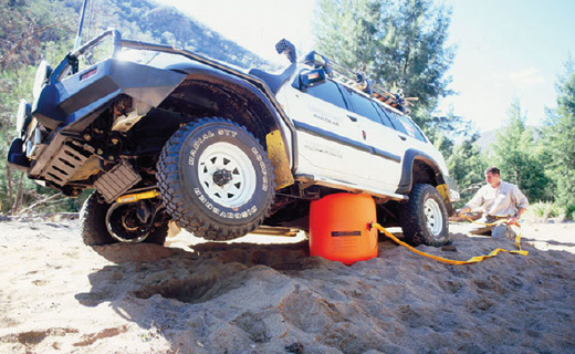 用尾气充气的千斤顶,让车再也不惧泥沙雪地