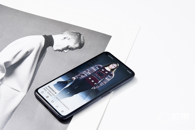 「新东西」荣耀20PRO图赏:打孔屏+侧边指纹,背面美翻了!