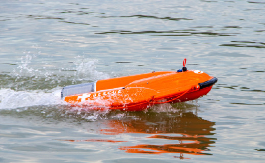 """云洲智能推出""""海豚""""智能救生圈:遠程操控,可載人航行"""