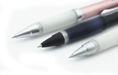 UNI三菱中性筆 :低摩擦筆尖易書寫,低重心筆桿舒適手感