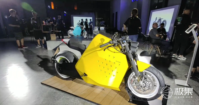 首款重型电动摩托57万天价开售?!极速200km/h,网友:模型车,一场骗局