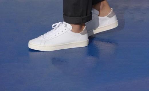 阿迪達斯經典休閑鞋:網球經典款式,街頭潮流演繹