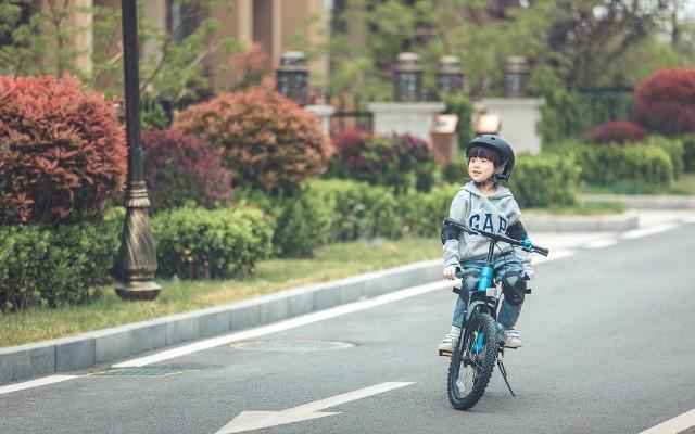 春暖花開,還等什么?讓孩子騎著九號自行車出去撒歡吧!